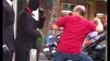 Δυο Άντρες ντύθηκαν ως κούκλες μανεκέν στον δρόμο και τρόμαξαν περαστικούς (Βίντεο)