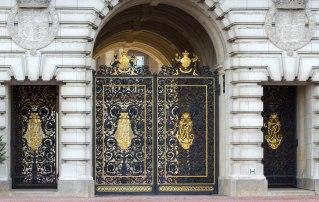london-uk-door-buckingham-palace