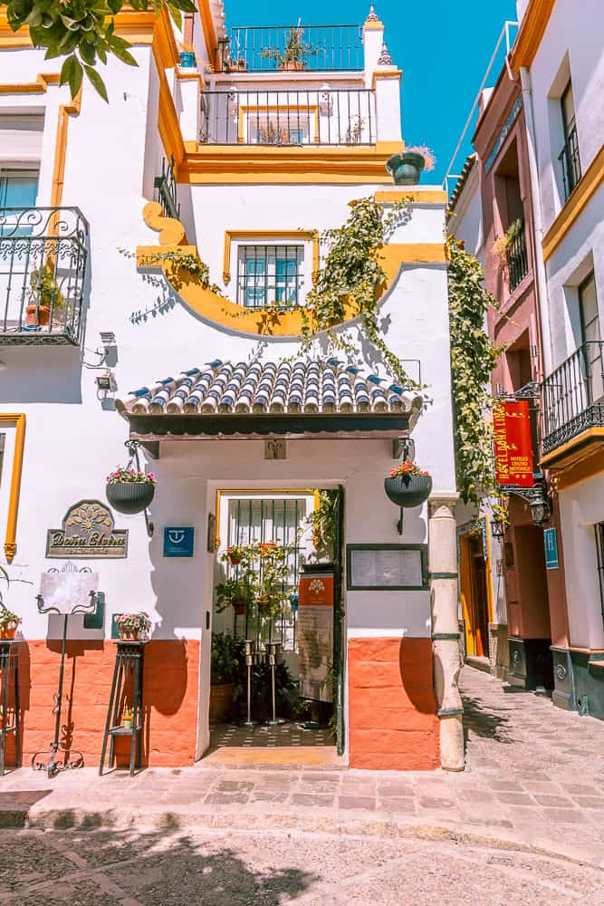 seville - barrio santo cruz building