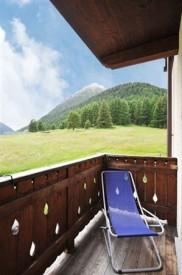 Zonnig balkon met uitzicht op de bergen