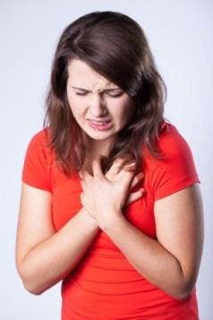 Frau mit Schmerzen in der Brust