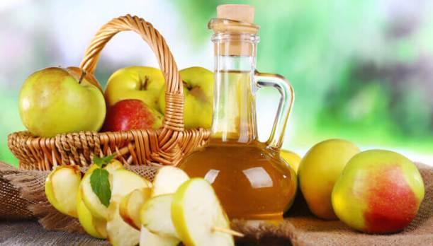 apple-cider-vinegar-in-glass-bottle-and-ripe-fresh-apples