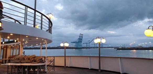 M/S Astoria vaart haven Zeebrugge binnen na cruise