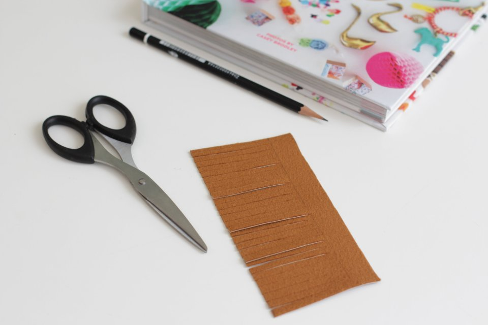 livingloving-diy-leather-tassel-bookmark-step2