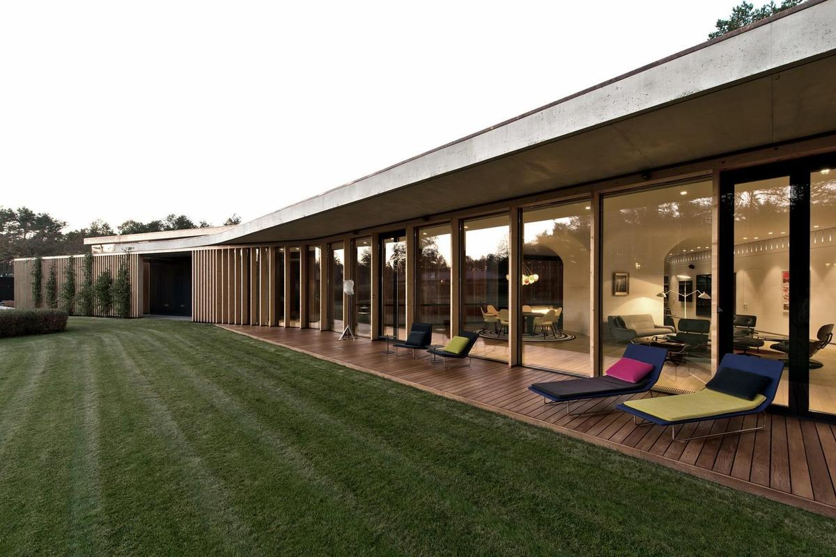 1-storey-home-continuous-roof-merges-landscape-15-thumb-1200xauto-51825