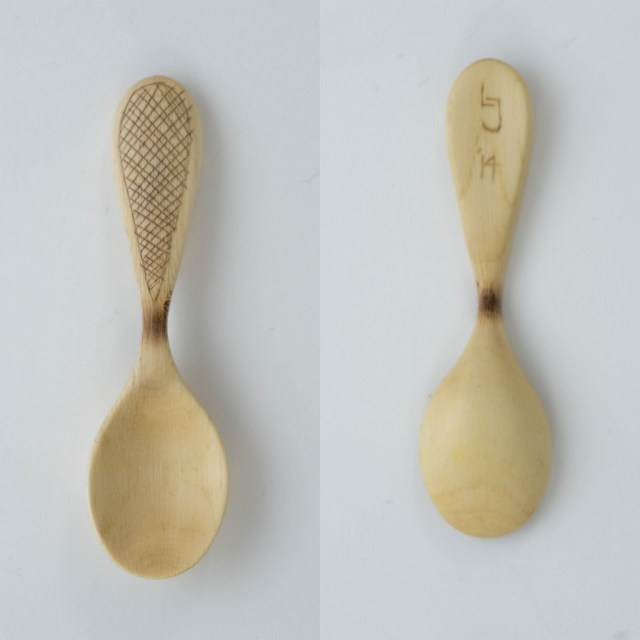 A small spice scoop with kolrosing on the handle. 9cm long.