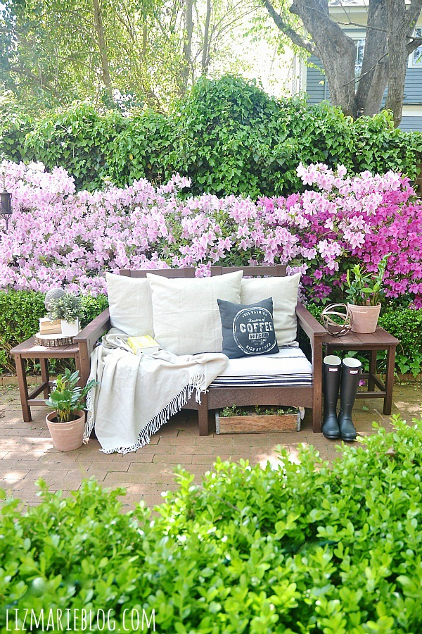 Lovely spring patio with eco-friendly patio furniture - lizmarieblog.com