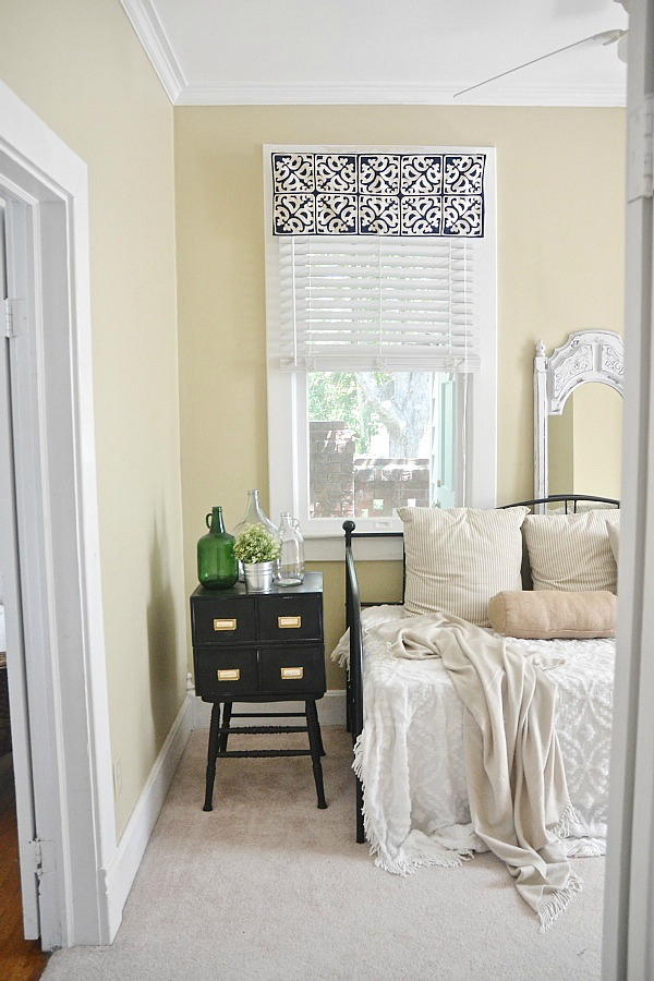 DIY simple window valance- NO SEW! So easy to make & only takes 5 minutes. Great for any room!
