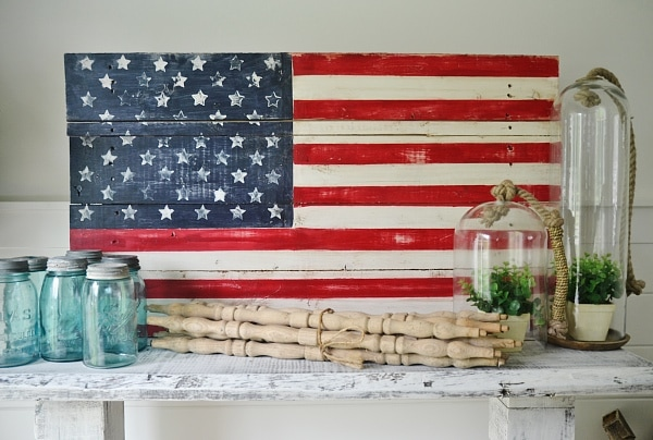 DIY wood pallet American Flag - So easy to make! Great for home decor, patio/porch decor, parties, Fourth of July, memorial day, & so much more.