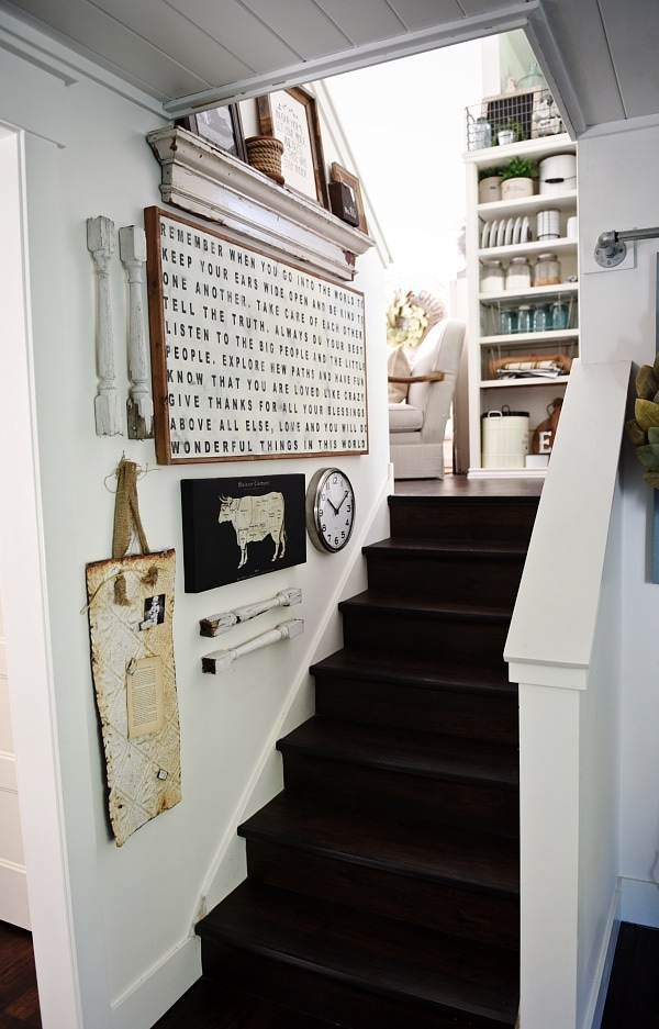 Rustic cottage style staircase gallery wall - how to liven up those staircase walls & give that cozy farmhouse vibe.