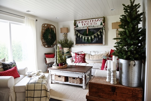 Cozy rustic christmas cottage living room liz marie blog for Cozy cottage living room ideas