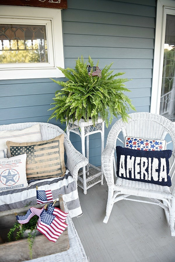 Farmhouse porch - rustic farmhouse style fourth of july decor. A great pin for farmhouse style inspiration.