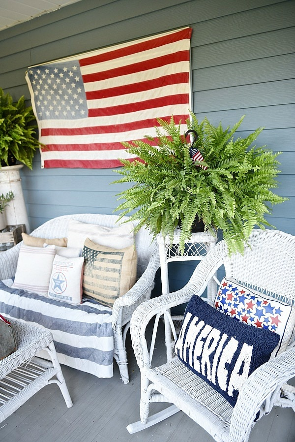 Farmhouse style fourth of july porch - Great inspiration for farmhouse decor ideas!