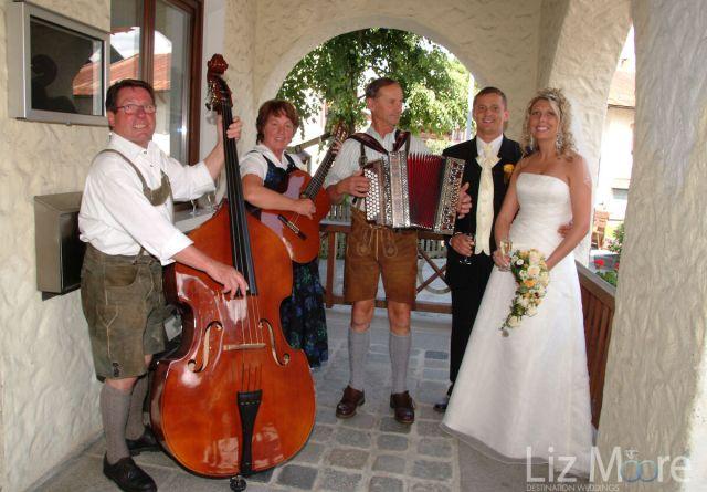 Groupe autrichien jouant de la musique avec les mariés