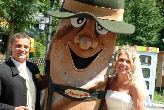 Homme bretzel autrichien posant avec la mariée et le marié