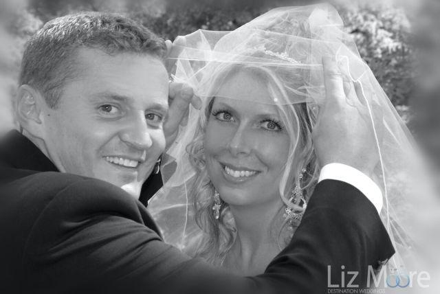 Mariée et le marié en noir et blanc photo de mariage en Autriche