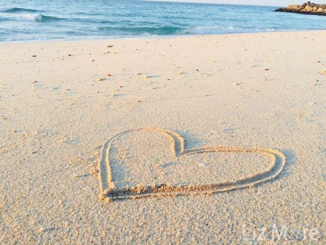 en forme de coeur sur une plage de sable blanc au bord de l'océan