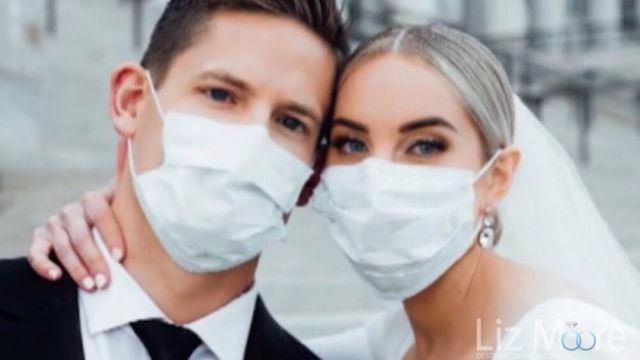 les mariés portant des masques lors de leur mariage