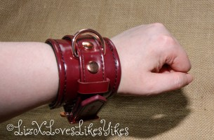 Review Liebe Seele Wine Red – Leather Handcuffs with Rose Gold Hardware