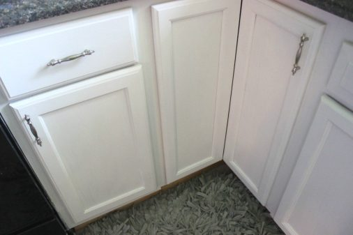 THE EASY WAY TO PAINT KITCHEN CABINETS