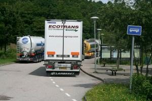 Dubbelparkering av långtradare på bussparkeringsplatsen...