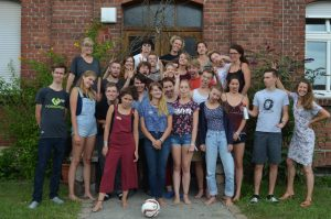 Alle Freiwilligen zusammen auf einem Bild, Jahrgang 16_17