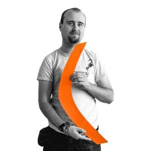 Mathias Grabow mit oranger Klammer in der Hand.