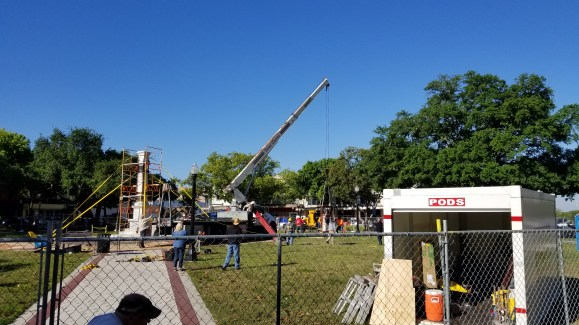The statue is lowered to the ground.