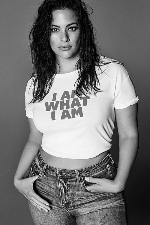 Modelo con camiseta y vaqueros. El armario de Ashley Graham