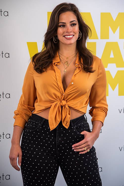 Modelo con blusa. El armario de Ashley Graham