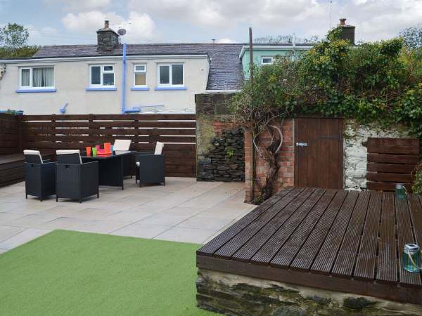 Relax in a cosy Ceredigion holiday cottage, centrally located in the village of Llanrhystud
