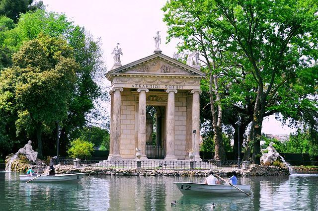 pasear por los jardines villa borghese en roma
