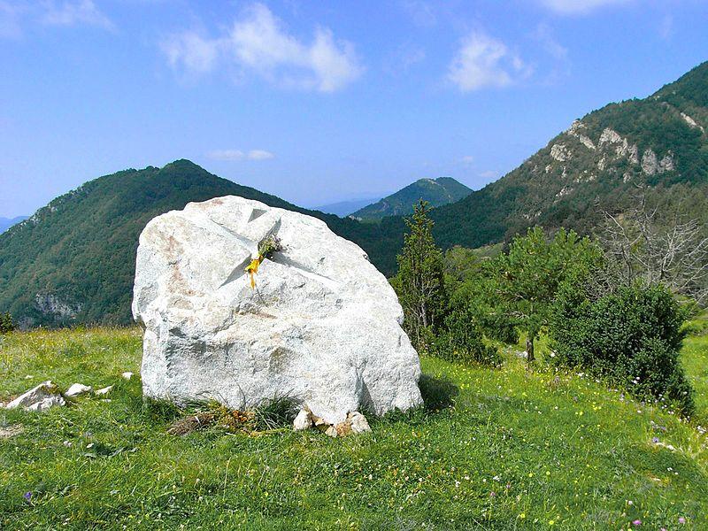 https://commons.wikimedia.org/wiki/File:Pla_de_can_Pegot,_a_Ogassa._Monument_a_en_Xirinacs_-_panoramio.jpg