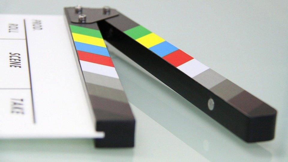 Imagen de una claqueta, como representación de una producción audiovisual, una de las dimensiones a las que proporciona soporte la documentación audiovisual
