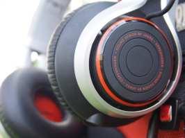REVO – יש כיום הרבה מותגי אוזניות חדשים ומעניינים, וה-Revo של ג'ברה (המוכרת מתחום הדיבוריות האלחוטיות) הוא אחד המצויינים שבהם. אלה אוזניות קשת מתקפלות, כאשר מלבד איכות צליל טובה מאוד ואפליקציה ייעודית לסמרטפונים, ג'ברה מבטיחים שהאוזניות האלה עמידות בפני הג'ונגל העירוני – עם 3,500 קיפולים של הצירים, עמידות בפני נפילה מגובה של שני מטר (בדקנו – אכן כך), וכבל קשוח המכיל סיבי זכוכית. ואה, ויש גם דיבורית שתוכלו לענות לשיחות...