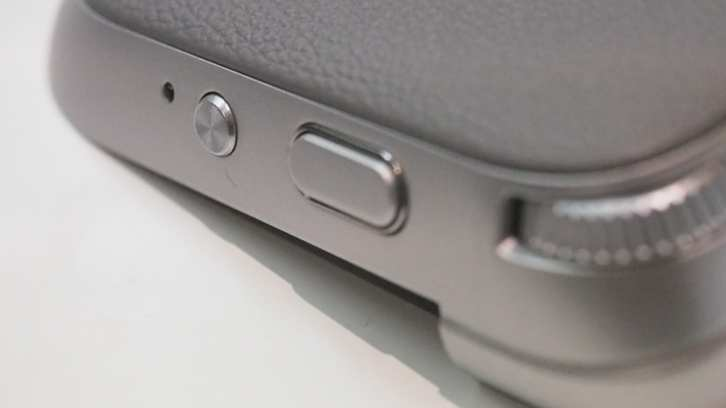 עוד מבט על תוסף המצלמה, שמגיע גם עם סוללה של 1200 מיליאמפר. כפתור ההקלטה לווידאו קצת קטן לטעמנו