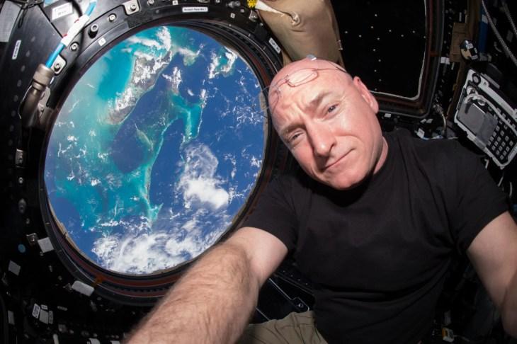 """במבט מהחלל לכדור הארץ אין גבולות. האסטרונאוט סקוט קלי בתא התצפית (צילום: באדיבות נאס""""א)"""