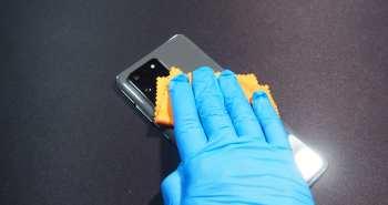 יד מנגבת סמארטפון עם מטלית