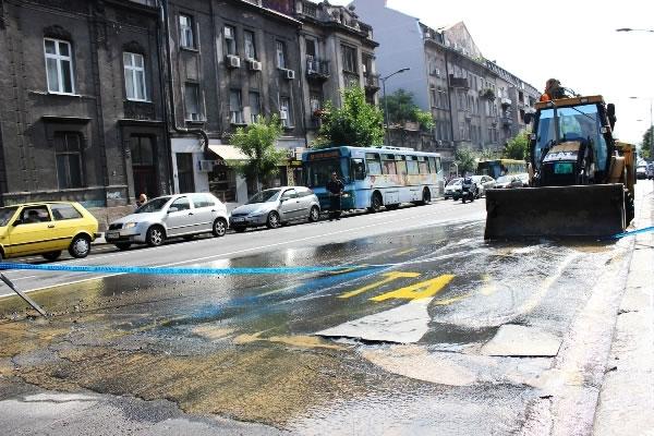 Danas izbegavajte Bulevar despota Stefana zbog pucanja cevi - 2015