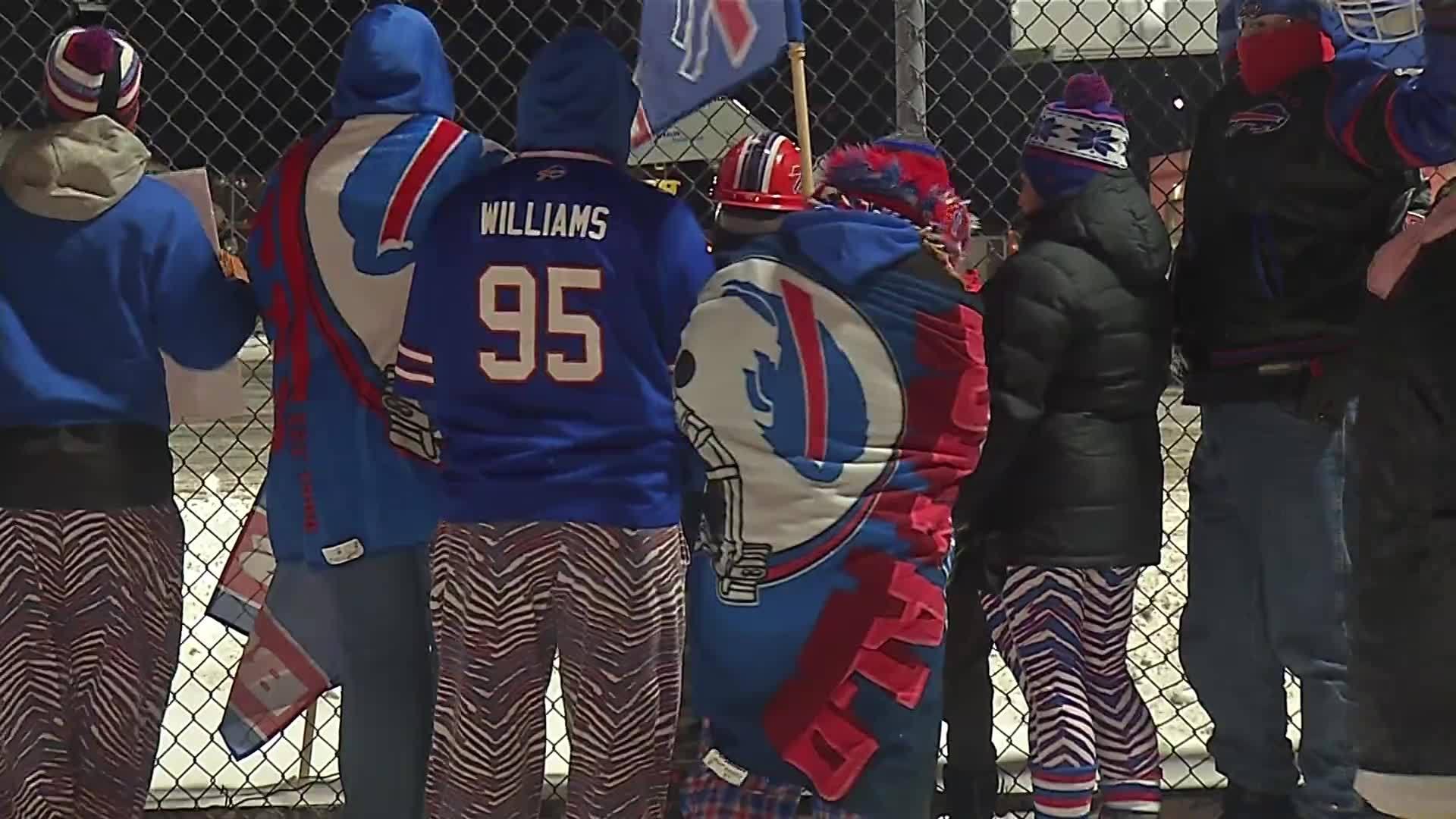 Buffalo_Bills_greeted_by_fans_arriving_b_0_20180108173920-118809282