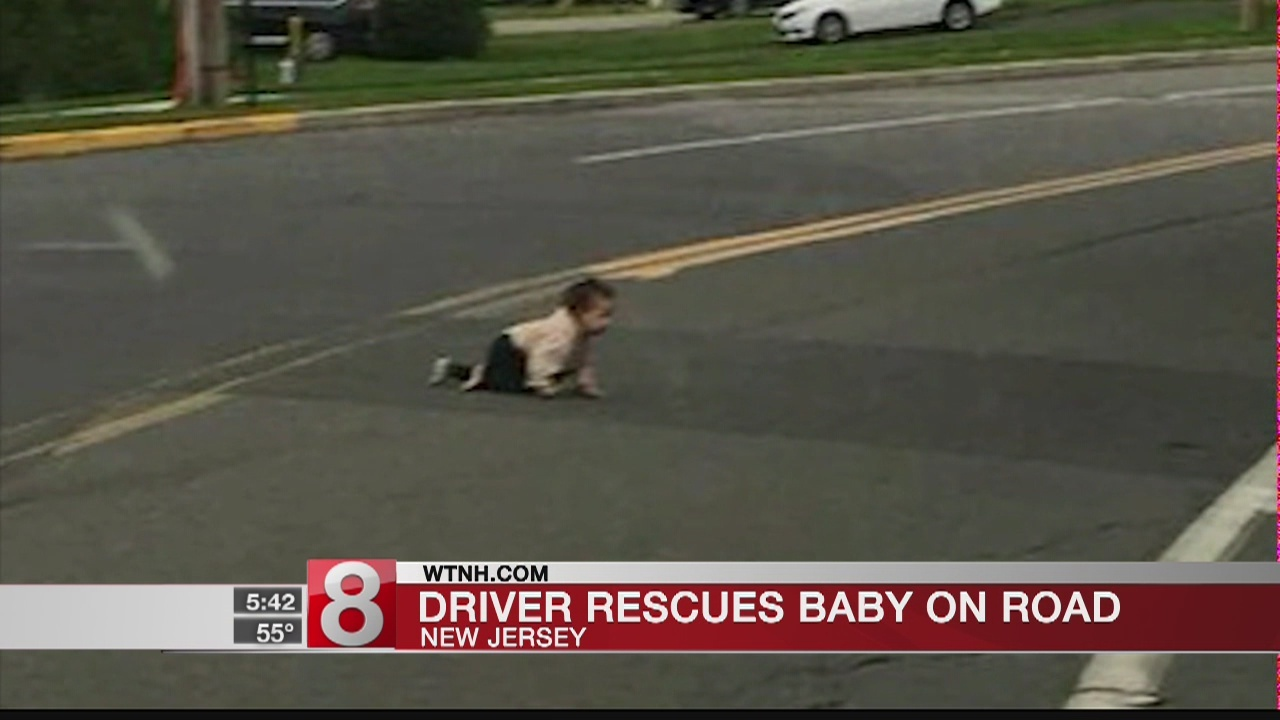 Driver_finds_baby_crawling_across_busy_r_0_20180925120234