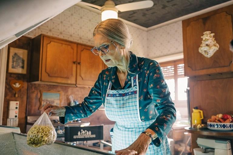 Barbara Bouchet in Metti la nonna in freezer (2018)