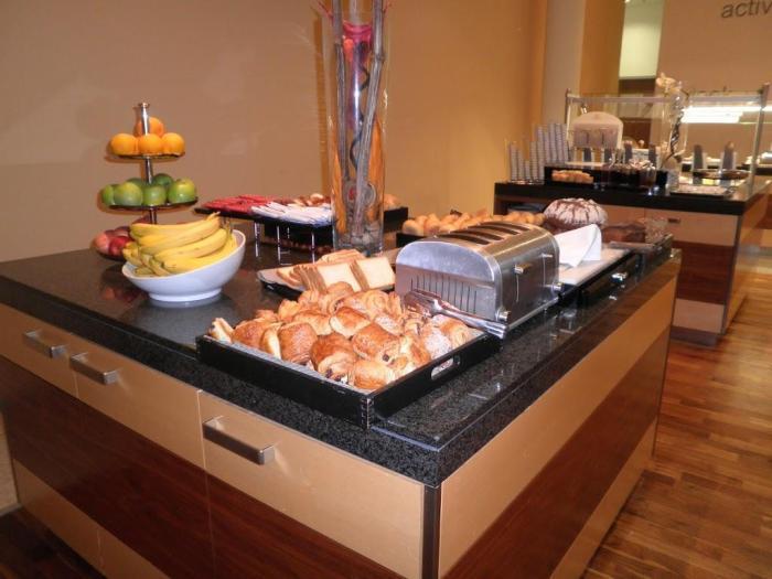 Bandeja de dulces en el buffet desayuno