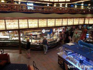 Uno de los restaurantes buffets del Carnival Liberty