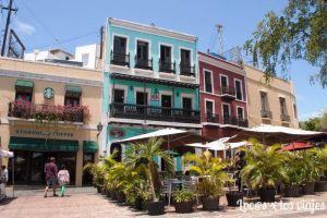 Coloridas casas en la Plaza de Colón
