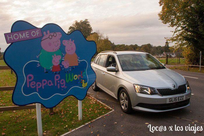 Con el coche de Sixt en el Parque de Peppa Pig