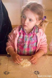 Amasando pan en la Granja Escuela El Álamo