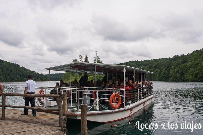 Barco en el lago Kozjak