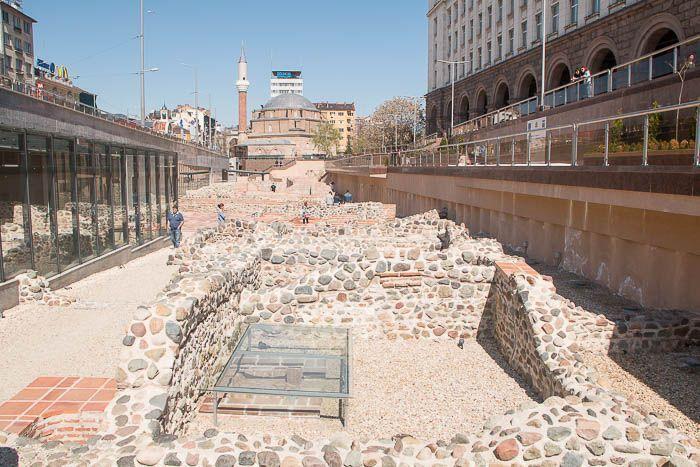 Sofía: Yacimiento arqueológico de Serdika y Mezquita de Banya Banshi de fondo
