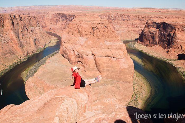 Turista arriesgando para hacerse la foto perfecta en Horseshoe Bend